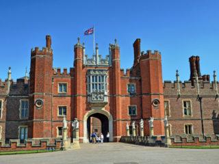 Дворец Хэмптон Корт в Англии