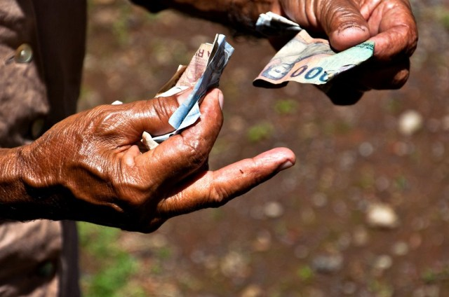 Exchanging Money - Flickr - by Bindalfrodo
