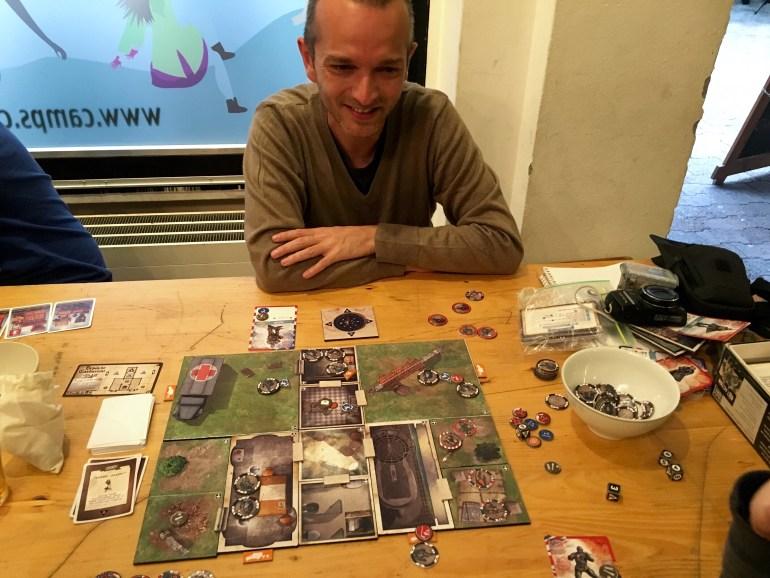 Thibaud, venu présenter son jeu V-Commandos au Bar à Jeux de Genève en septembre 2015