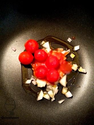 rosolare la cipolla con i pomodorini