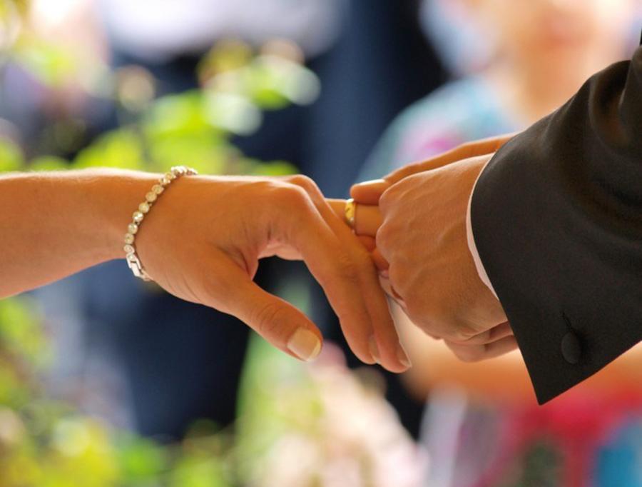 Memasang Cincin Nikah di Jari Manis Pengantin Wanita
