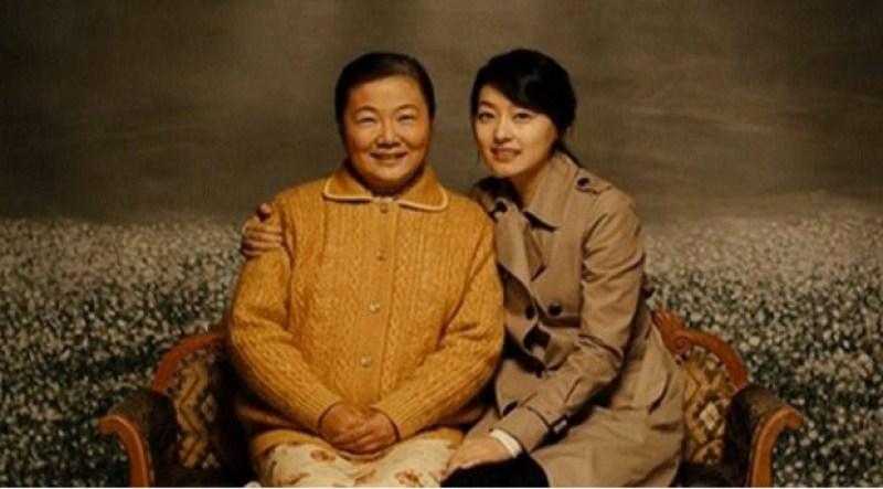 Ibu duduk bersama Anak Perempuannya