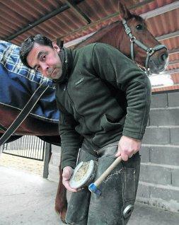 Iñigo Muguerza realizando herraduras de caballos