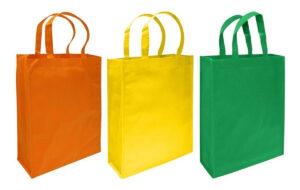 Llevar bolsas de compras ecológicas.