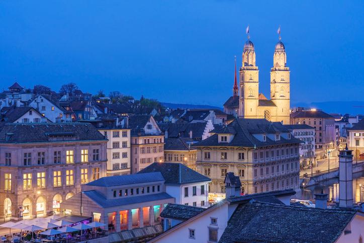 Vista aérea del centro histórico de Zúrich con la famosa iglesia Grossmunster y el río Limmat desde el parque Lindenhof, Zúrich, Suiza