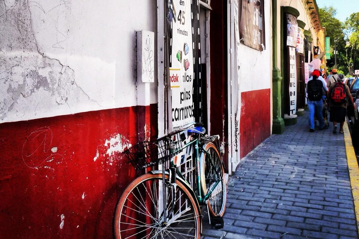 "#México a través de la lente ""Bicicleta en Cholula"" @marioli_5"