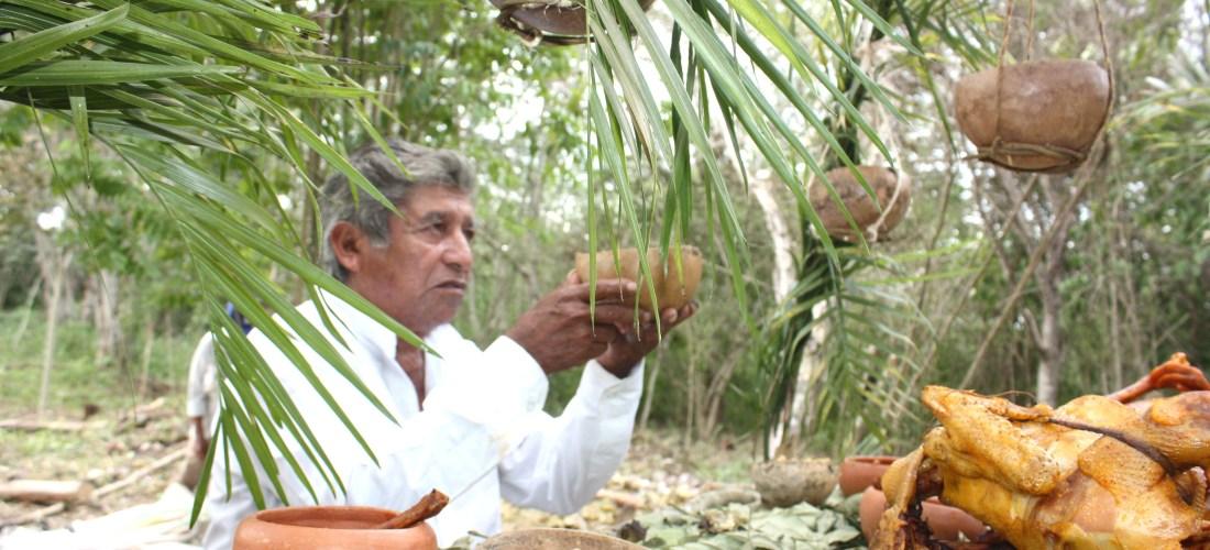 """Compromisos Mayas ante el Nuevo Katun por Bernardo Caamal Itzá acreedor """"Premio Internacional en Comunicación Rural Atkins 2003"""""""