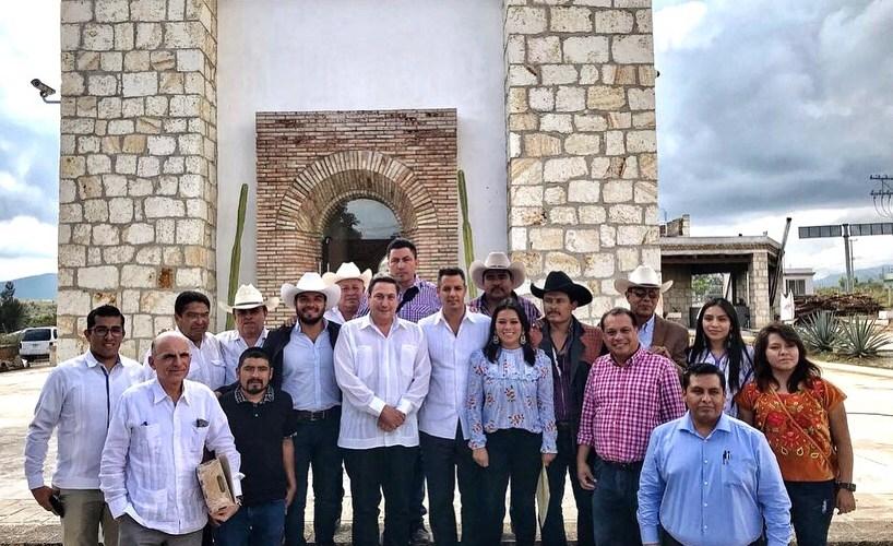 El gobernador de Oaxaca Alejandro Murat, visita la fábrica de @mezcaloro