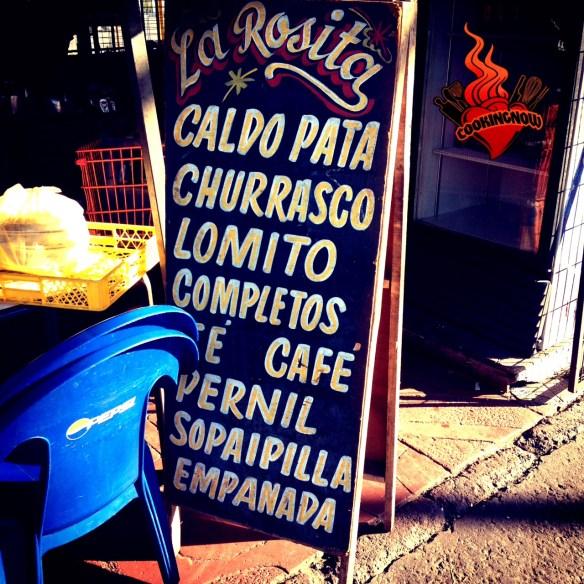 Oferta de platos típicos en el mercado de Lo Valledor