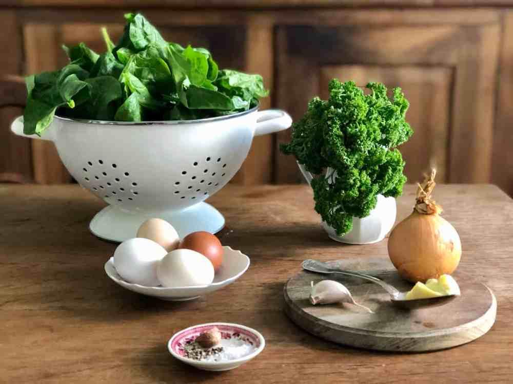 Zutaten für gebackene Eier mit Spinat.