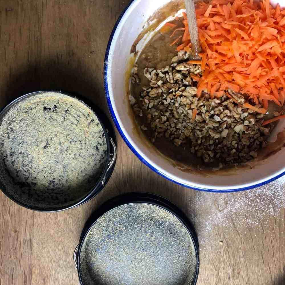 Geriebene Karotte und Nüsse zugeben.
