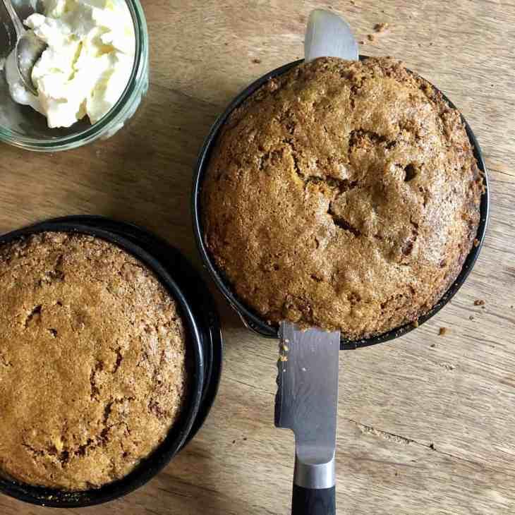 Die Kuppel des Kuchens mit einem Messer abschneiden, das geht sehr gut wenn der Kuchen noch in der Form ist.