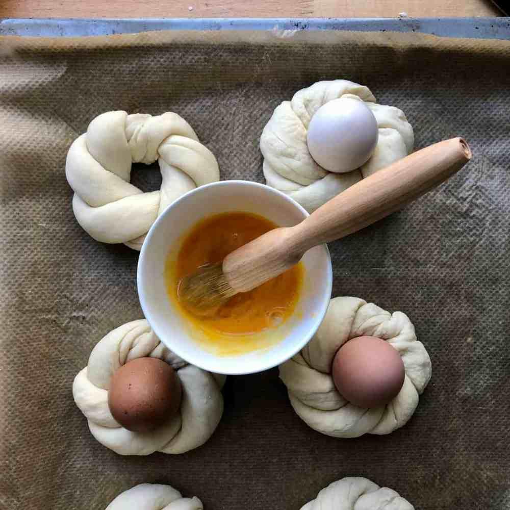 Osterkränzchen mit Ei bestreichen.