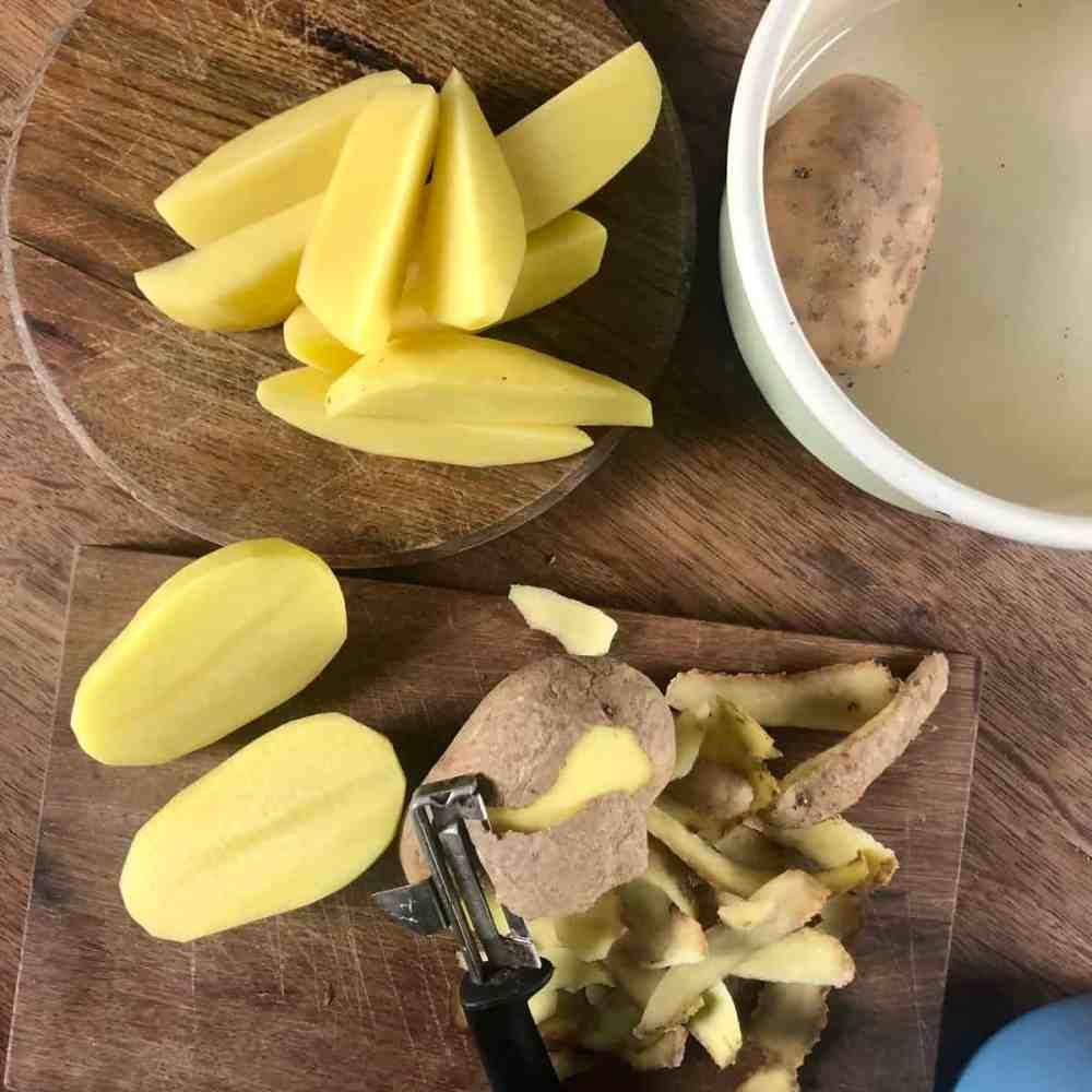Kartoffeln schälen und längs vierteln.