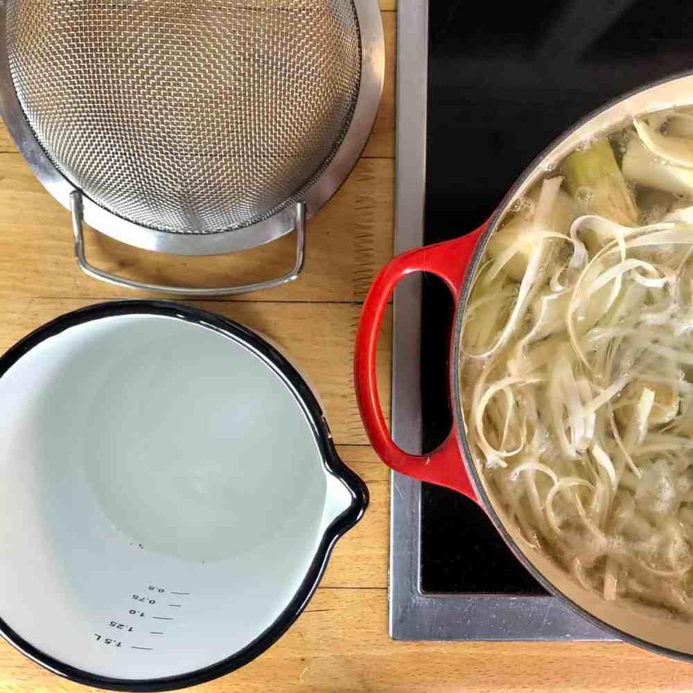 Spargelschalen Suppe: Bringe das Wasser zum Kochen.