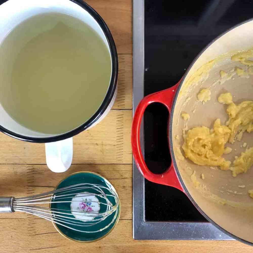 Das Mehl zu der zerlassenen Butter geben und rühren.