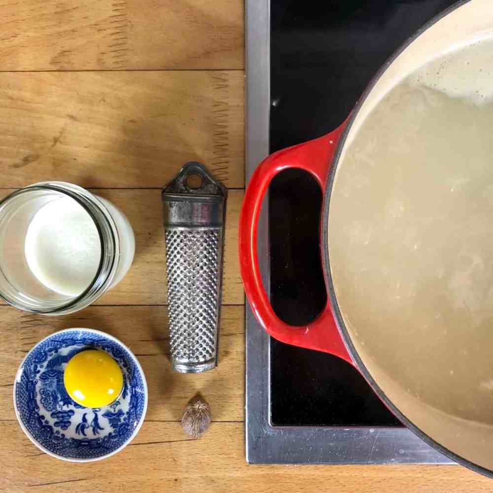 Verrühre das Eigelb mit der Sahne und gebe beides in die Suppe.