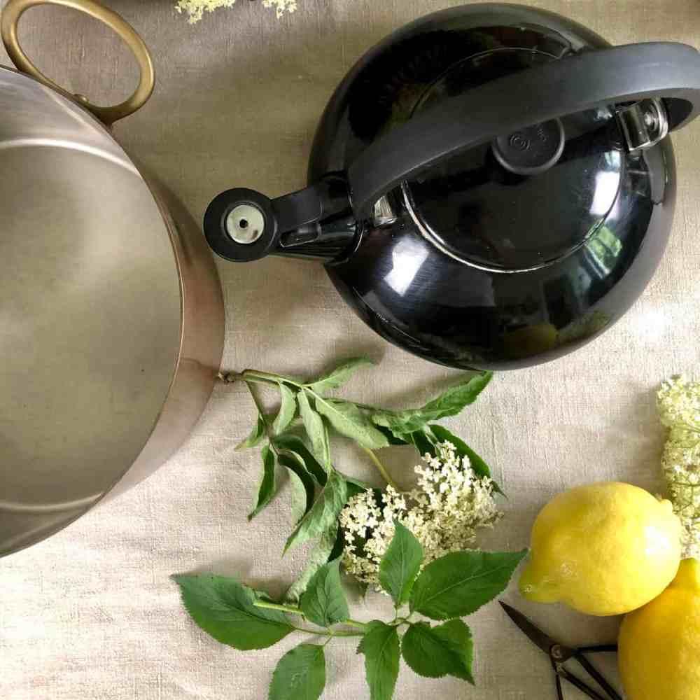 Wasser kochen und abkühlen lassen.