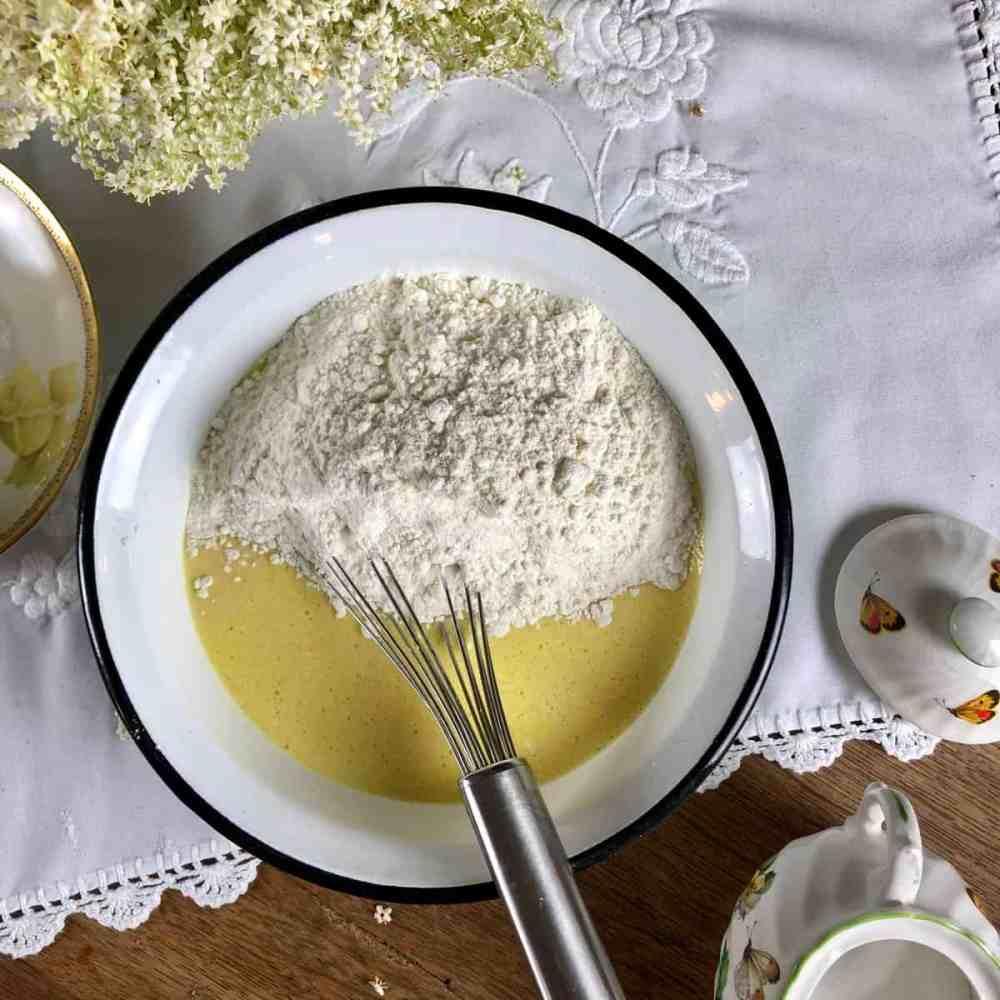 Mehl nach und nach unterrühren, bis ein glatter, dickflüssiger Teig entsteht.