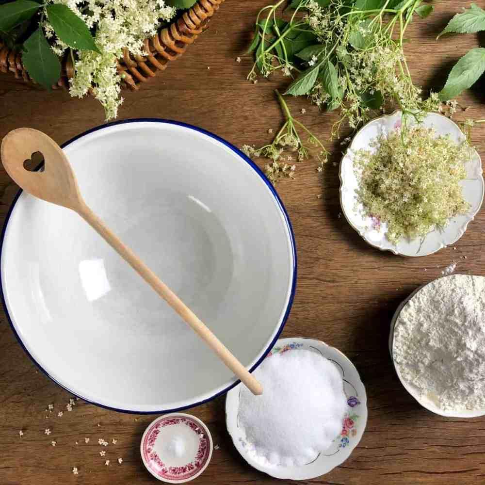 Mehl, Zucker und eine Prise Salz in eine Schüssel geben und durchmischen.