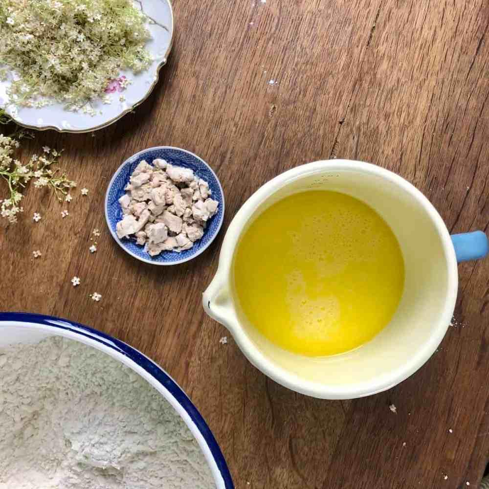 Hefe in Krümel zur Milchmischung dazugeben.