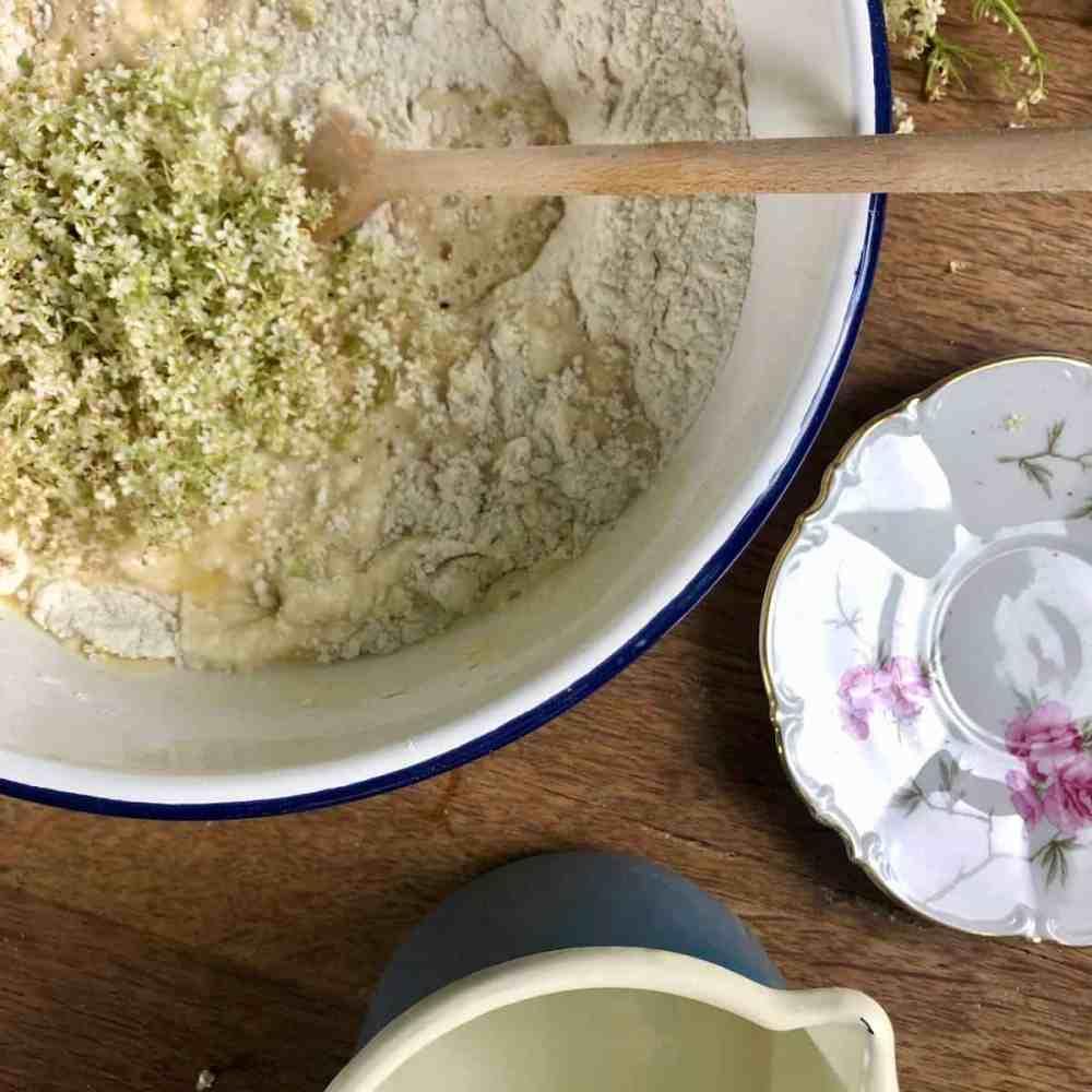 Die Hefemilch und die Holunderblüten ohne Stiele mit der Mehlmischung vermengen.