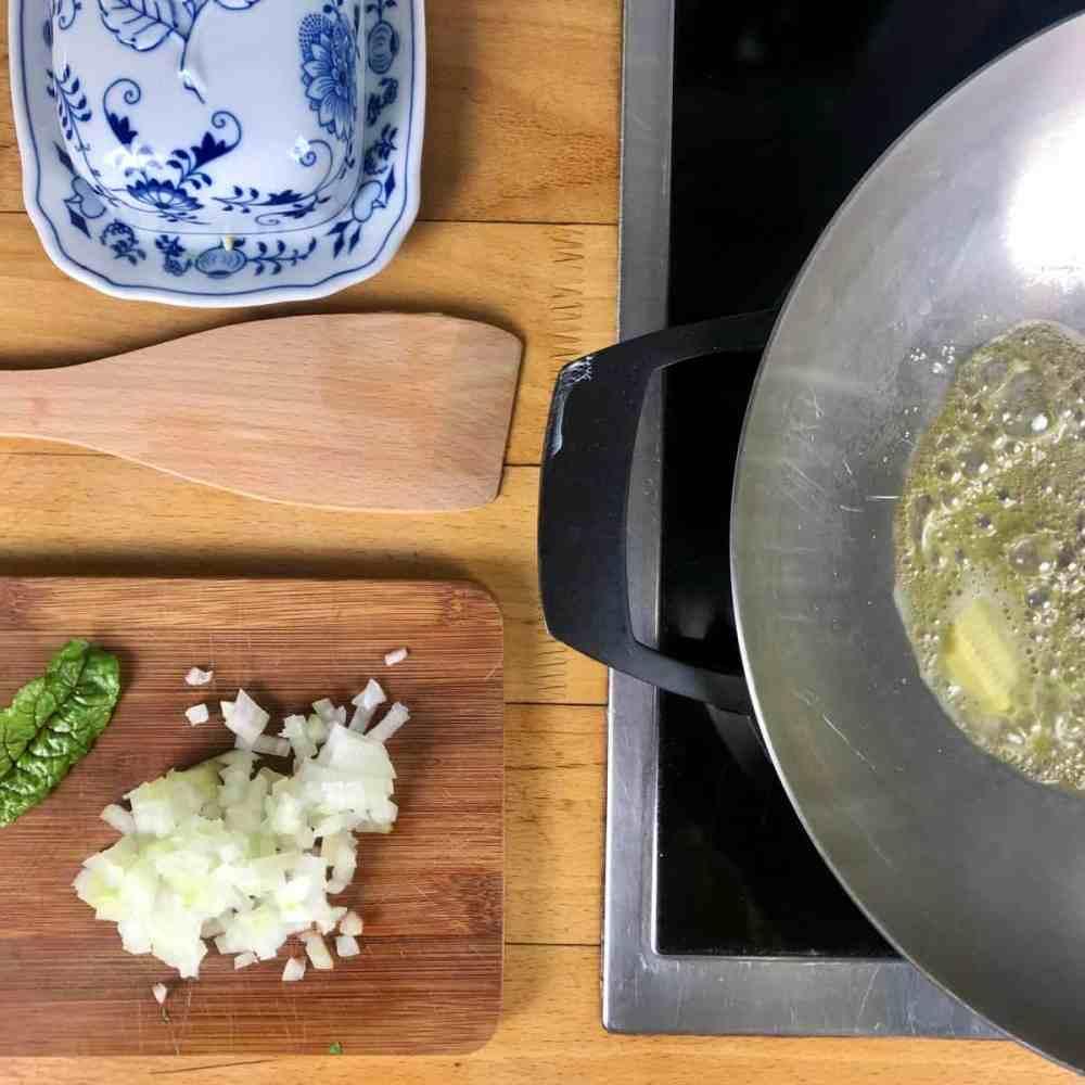 Zwiebel in der Butter 5 Minuten anschwitzen.