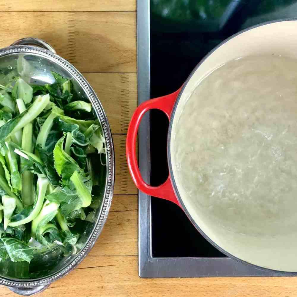 Wasser in einem Topf zum Kochen bringen.