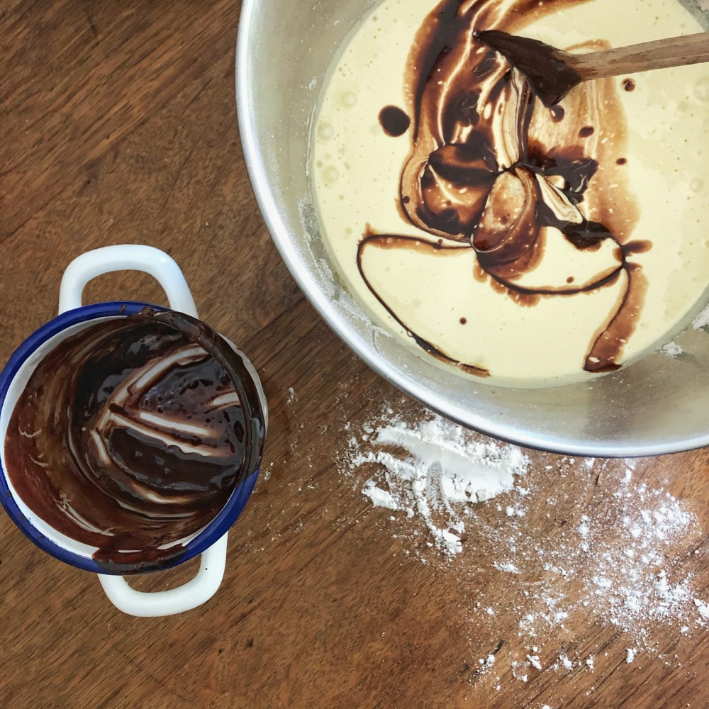 Gebe die kühle verschmolzene Butter-Schokoladenmischung zu der Eimischung.