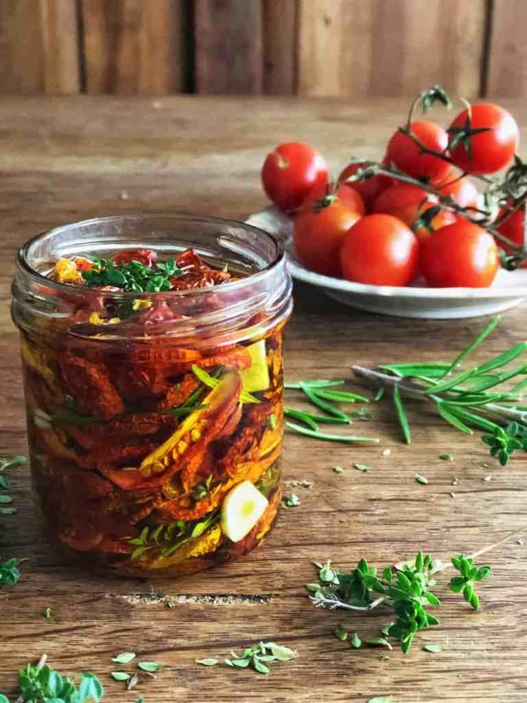 Getrockneten Tomaten einlegen.