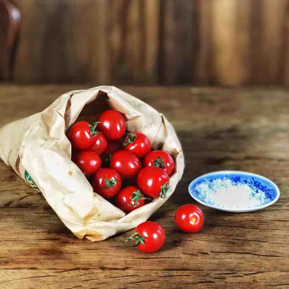 Zutaten zum trocknen: Tomaten und Salz