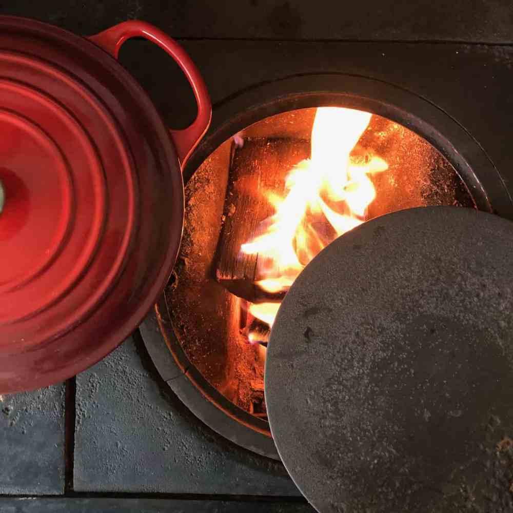 Den Ofen mit Holz vorheizen.
