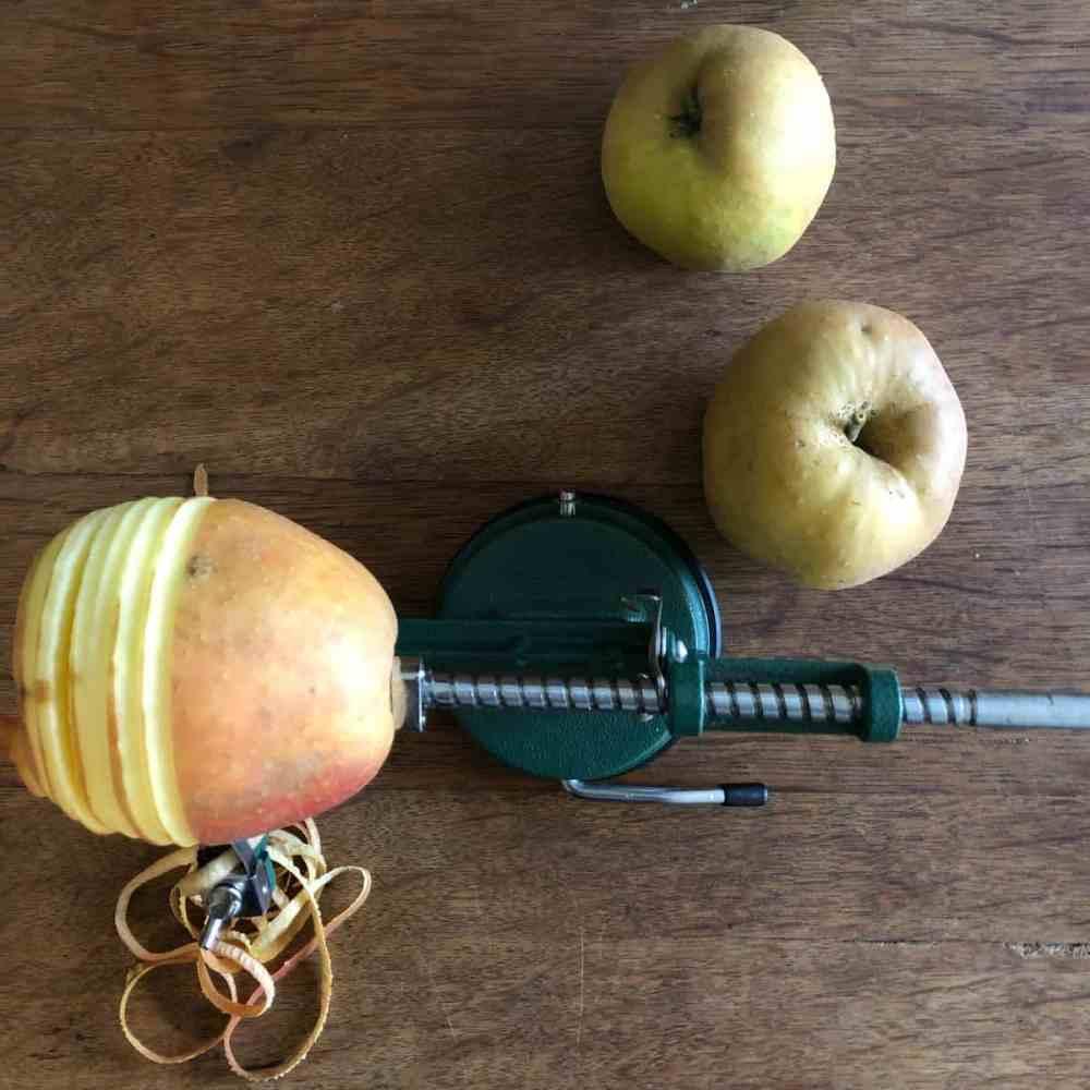 Äpfel schälen.