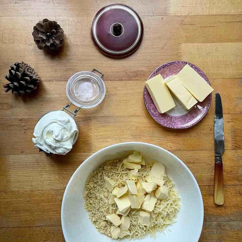 Die Butter in Stücke schneiden.