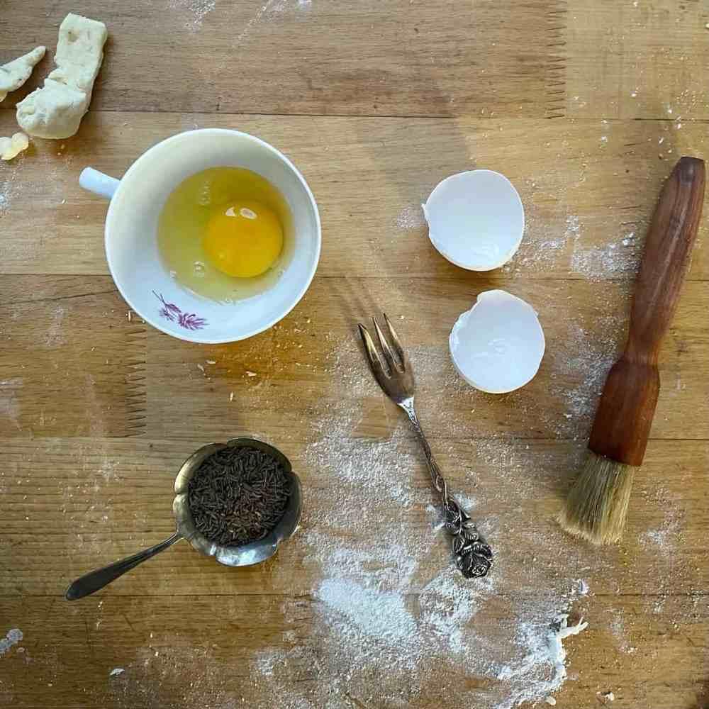 Das Ei verquirlen und auf die Stangerl streichen.