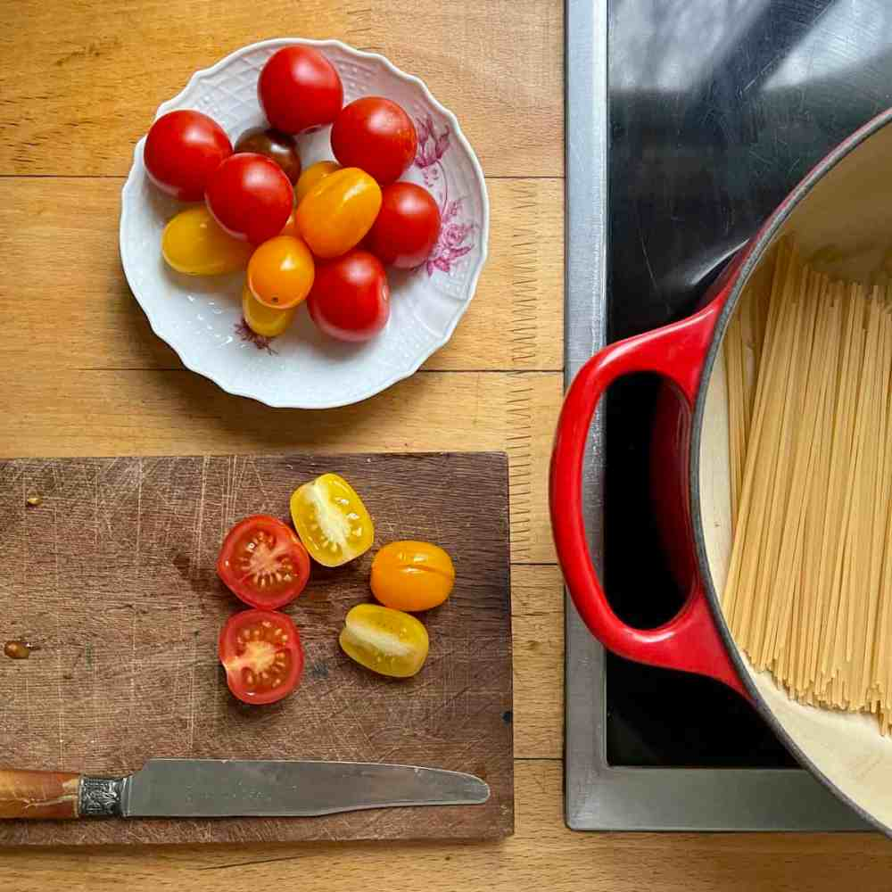 Tomaten halbieren.