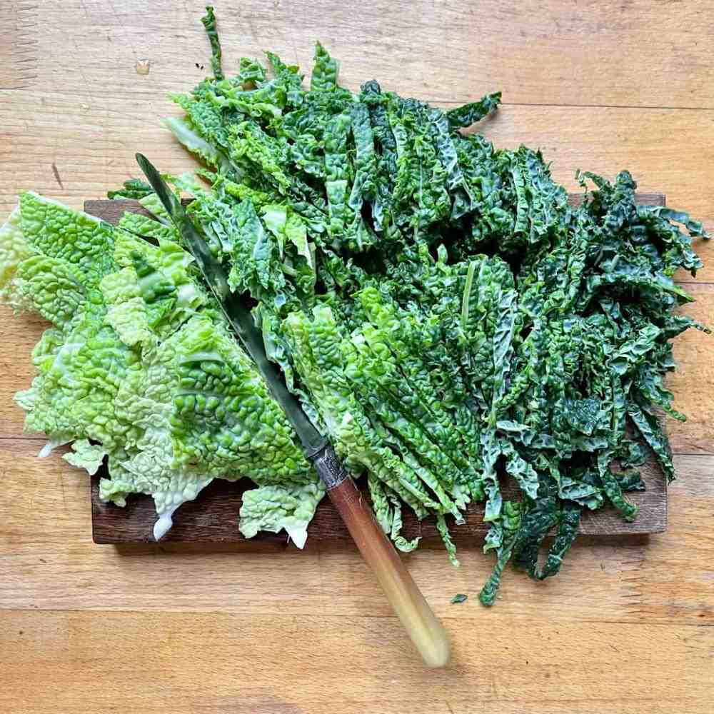 Ddie Blätter in mundgerechte Stücke schneiden oder reißen.