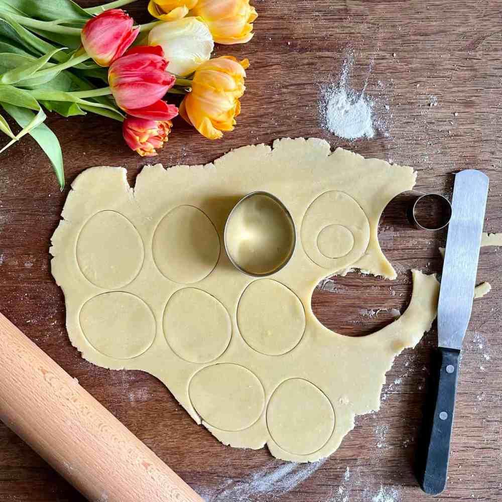 Kekse mit der Ausstechform oder mit der Schablone ausstechen.