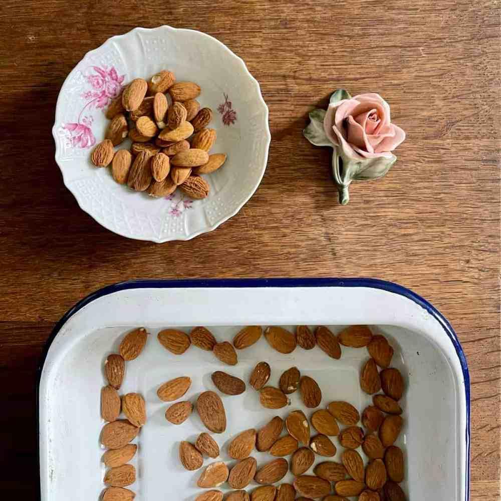 Die Mandeln für 10 Minuten auf im Ofen rösten