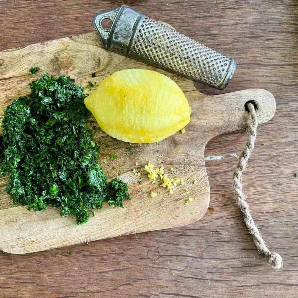 Die Schale einer ¼ bio Zitrone dazu geben.