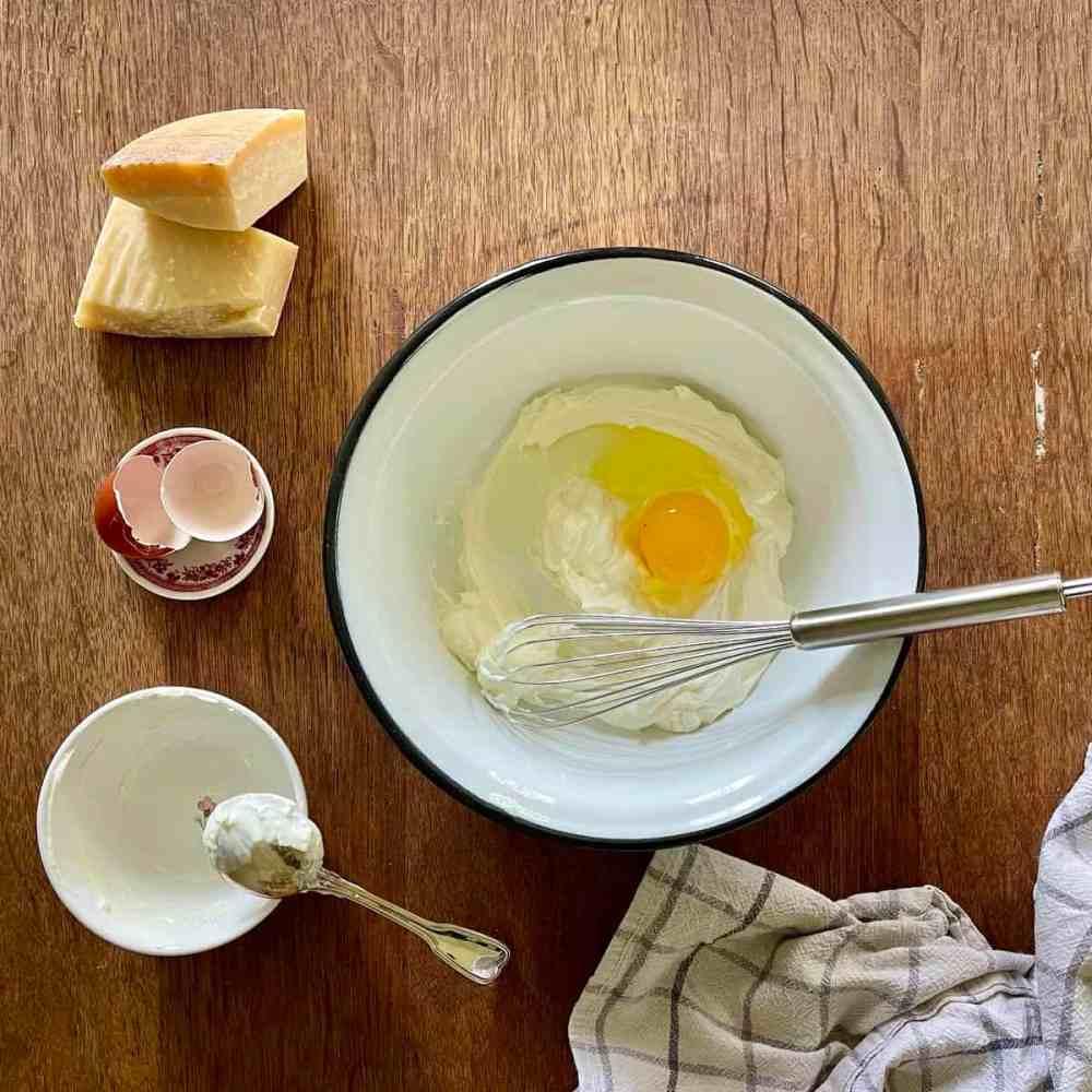 In einer Schüssel den Ricotta und das Ei verrühren.