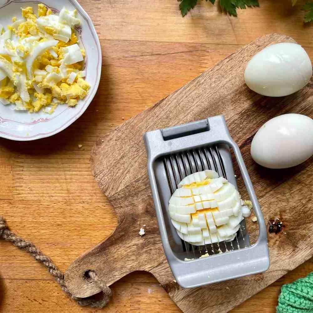 Eier in kleine Würfel schneiden