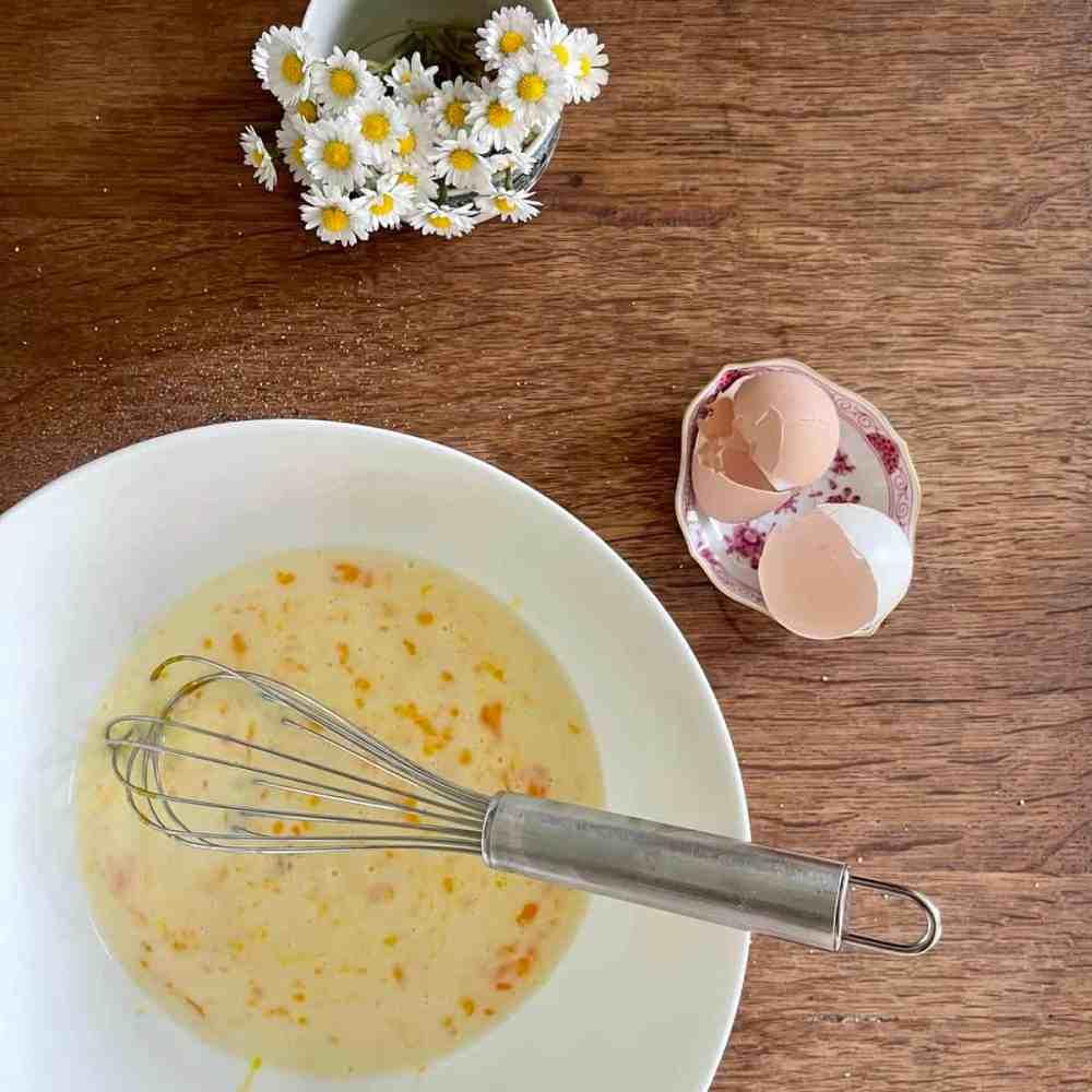 Die Eier mit der Milch verrühren.