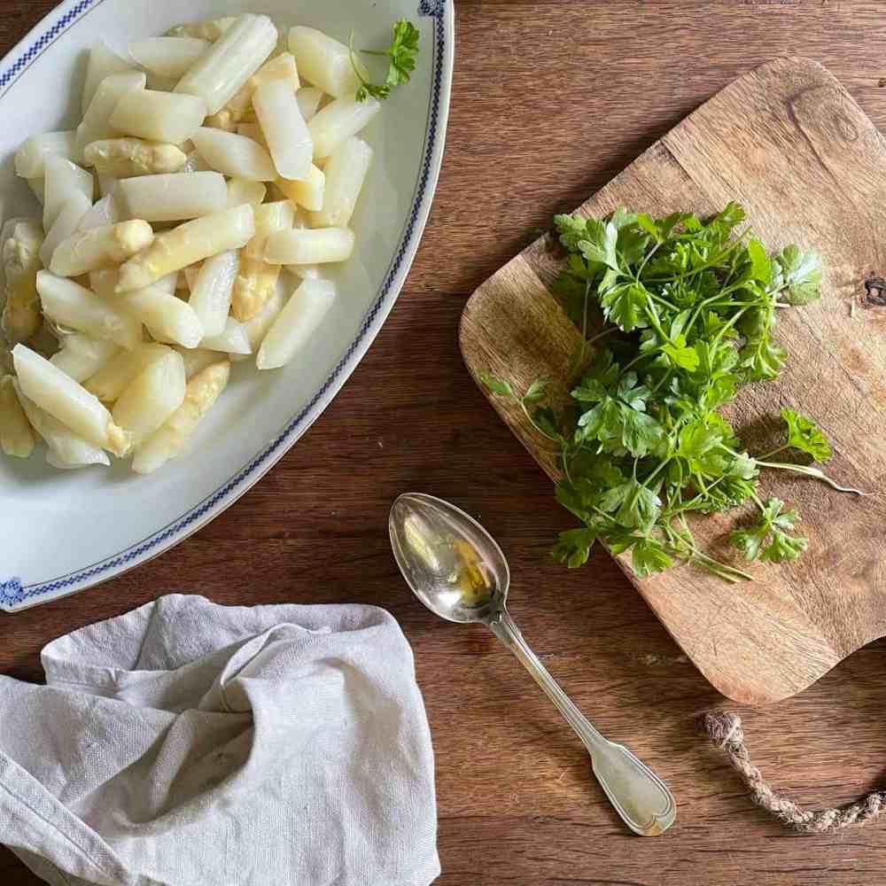 Den Salat minderstens für 30 Minuten in den Kühlschrank stellen.