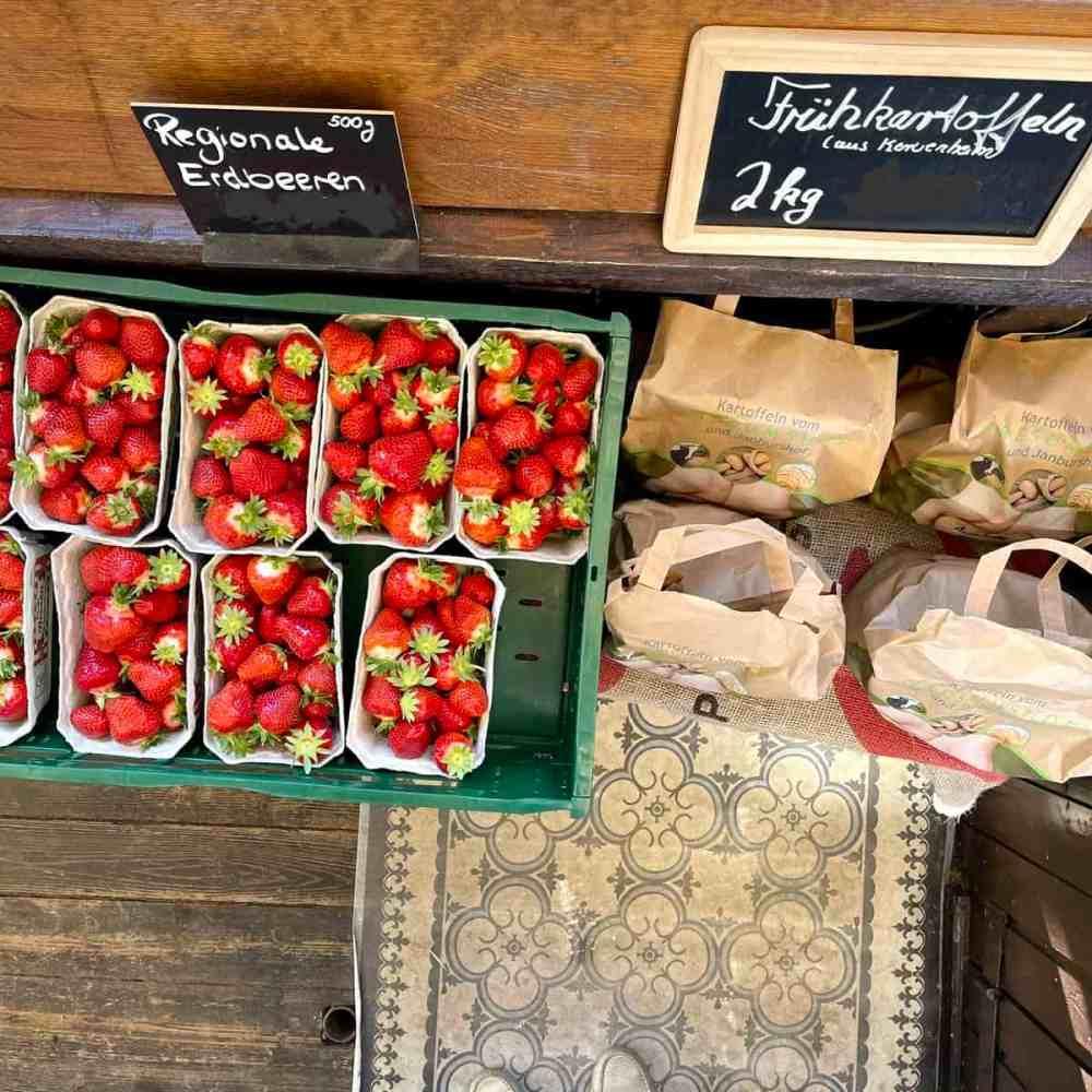 Frische Erdbeeren und Frühkartoffeln von einem anderen Hof der Familie,