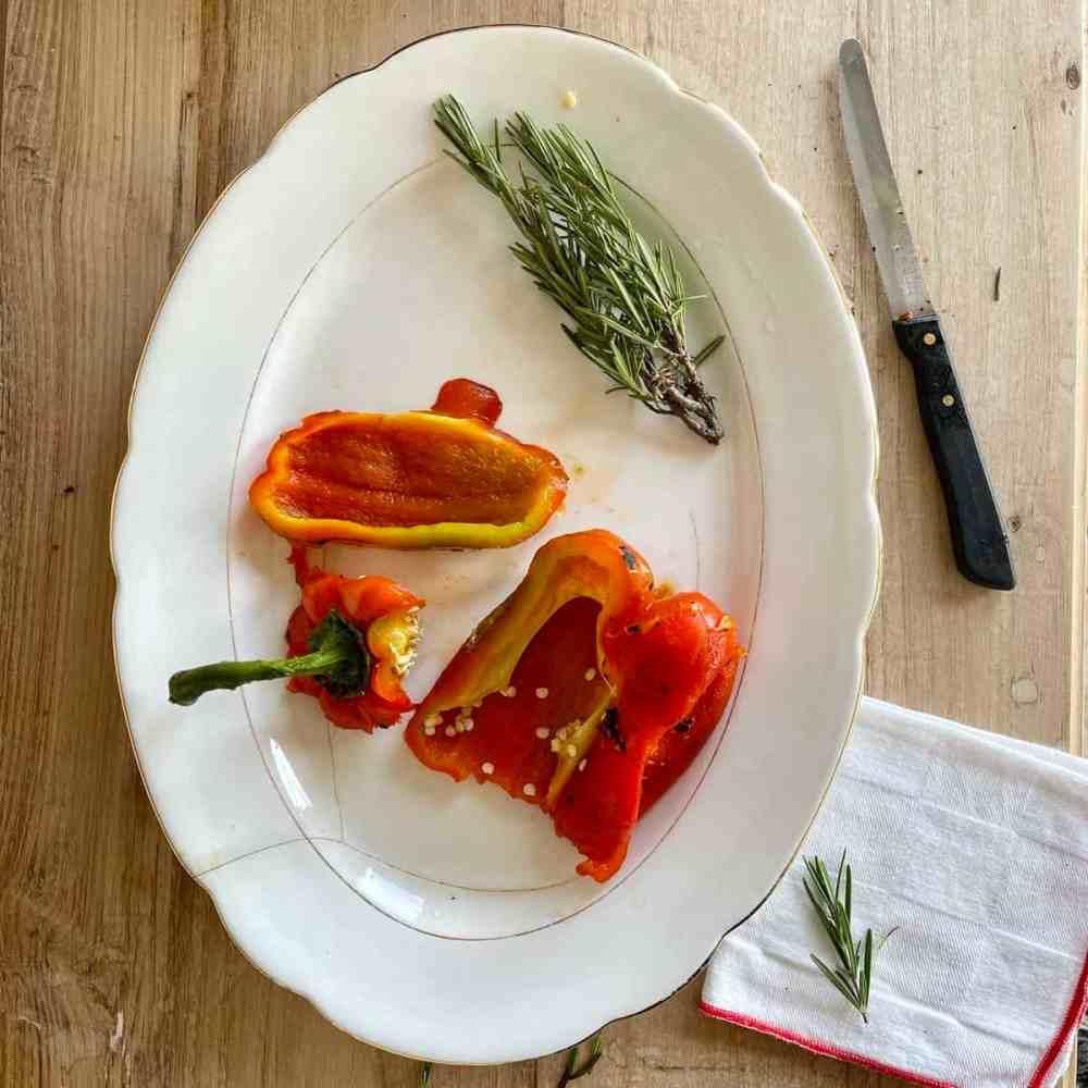 Schneide die Paprika auf, entferne das Kerngehäuse und den Stiel.
