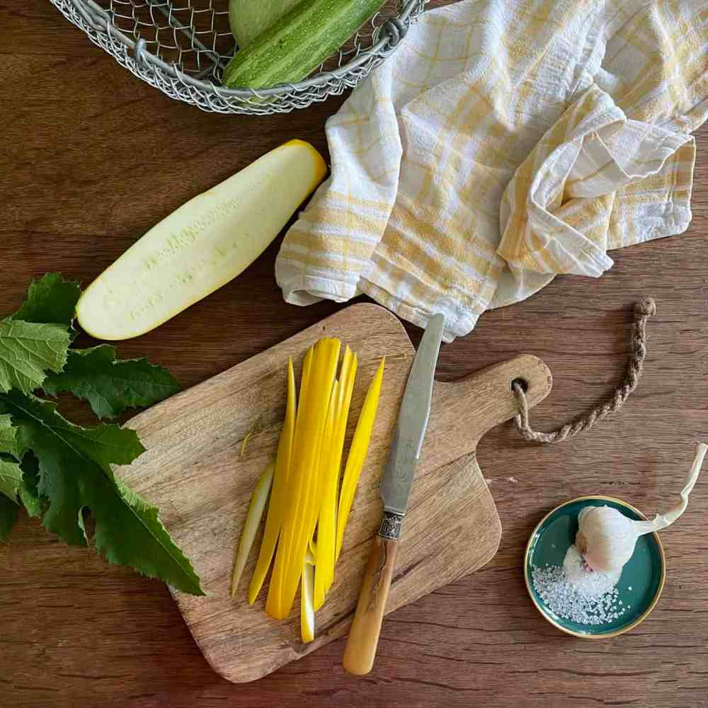 Dünne Zucchinistreifen schneiden.