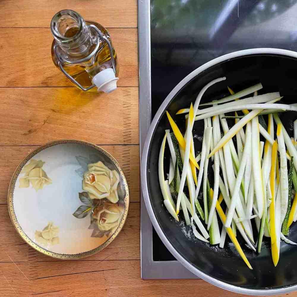Die Zucchinistreifen dazu geben und dünsten, bis sie weich sind.