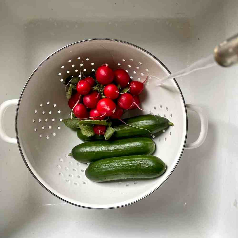 Gurken und Radieschen waschen.