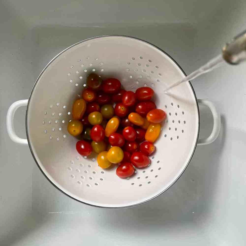 Die Tomaten waschen.